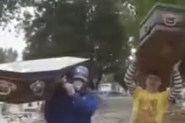 """Empleados de un cementerio bonaerense imitaron el """"baile del atúd"""" y los despidieron"""