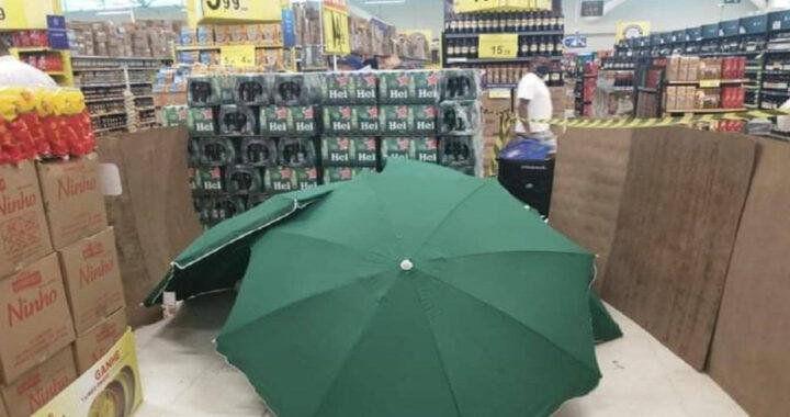 Indignación: Un empleado murió en un supermercado y lo taparon con sombrillas para que el local siguiera abierto