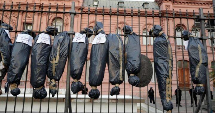 """La Provincia se sumó al repudió de las bolsas negras y aseguran que """"fue un acto de odio"""" que remite a la dictadura"""