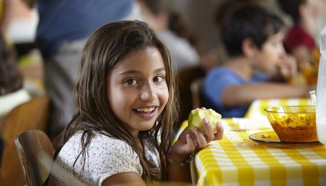 """Cáritas y UCA alertan que de cada cuatro chicos sólo uno """"come todos los días"""""""
